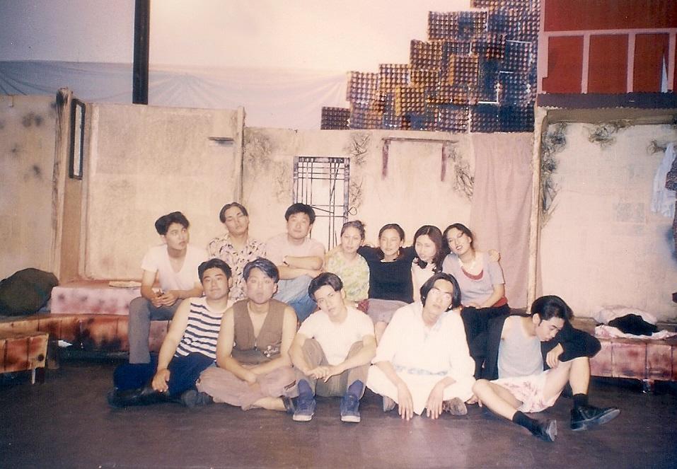 """1996년 20회 신입생환영공연 """"울어라 뱃고동아"""" 무대에서"""